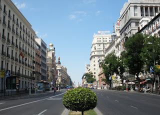 Bajada de la calle desde la Puerta del Sol. Destacan los artísticos edificios en estilos diversos.