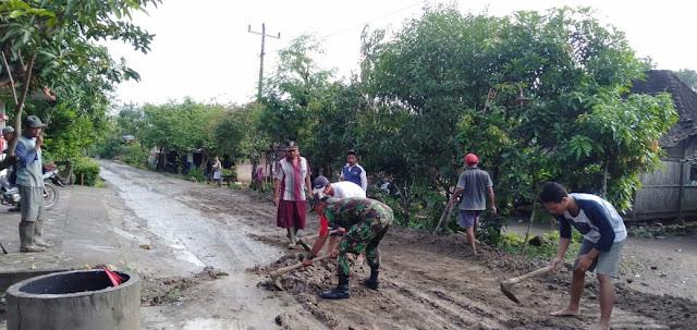 Babinsa Karangawen dan Warga Kompak Perbaiki Jalan Rusak Rawan Kecelakaan