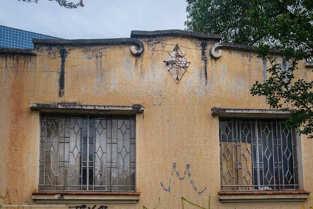 Casa com frontaria interessante - detalhe de adrono de ferro e grades nas janelas