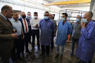 وزير الصناعة مع موظفيه