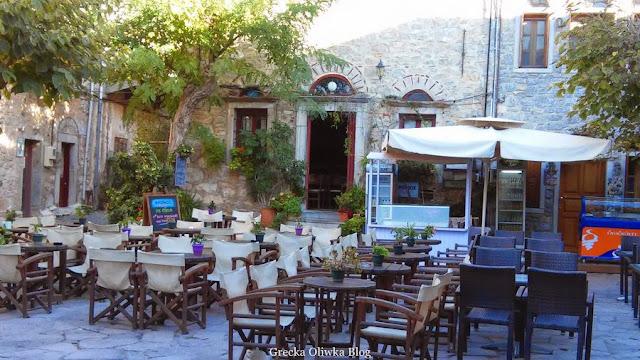 stoliki i krzesła, greckie kawiarnie i tawerny w Mesta