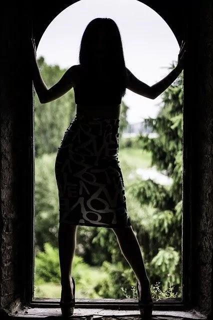 girl stand on the door