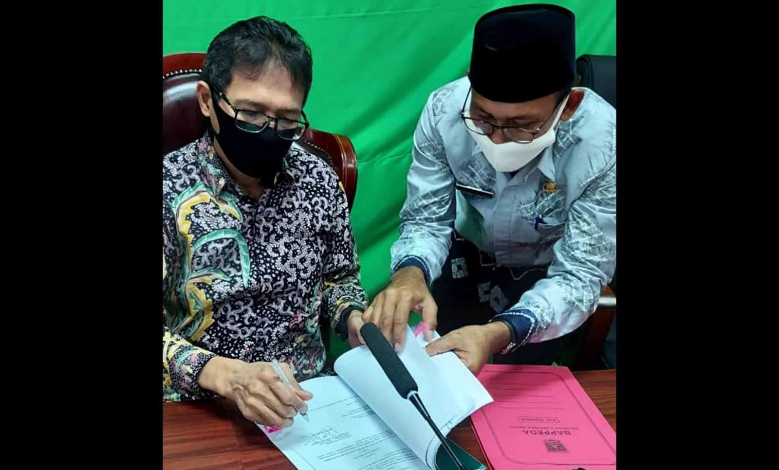 Gubernur Sumatera Barat Irwan Prayitno menandatangani Pergub pencairan dana bantuan sosial dampak Covid-19 atau Jaring Pengaman Sosial (JPS)