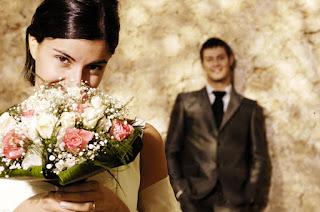 صور زفاف عروسة وعريس يحمل الوردود