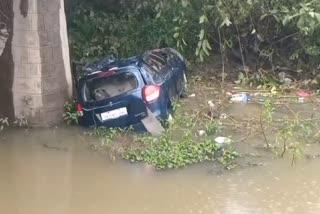 car-escape-to-road-fall