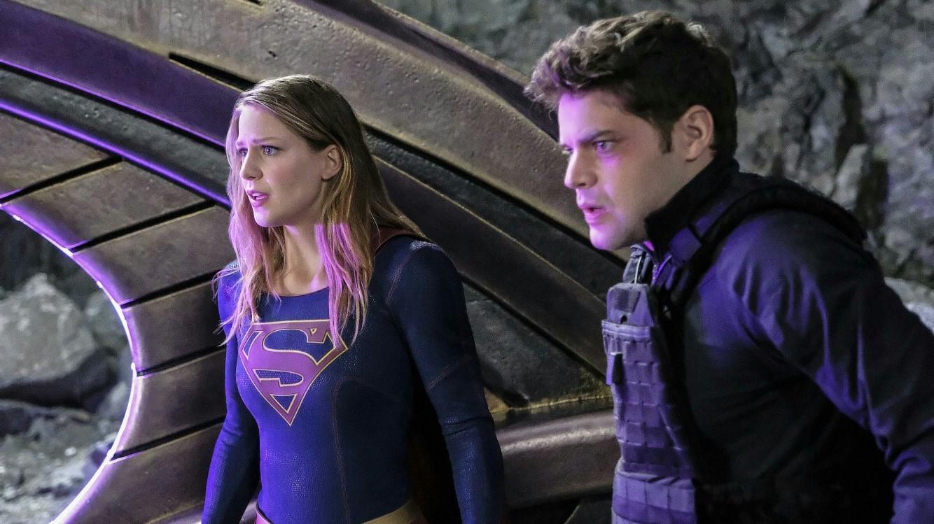 Winn y Supergirl luchando juntos