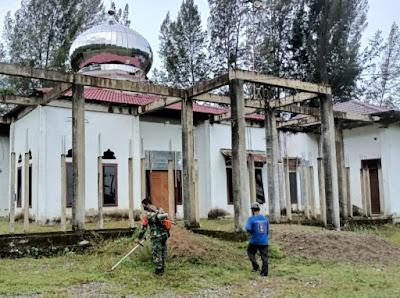 Babinsa Koramil Leupung, Berinisiatif bantu membersihan Lingkungan Masjid Assyuhada