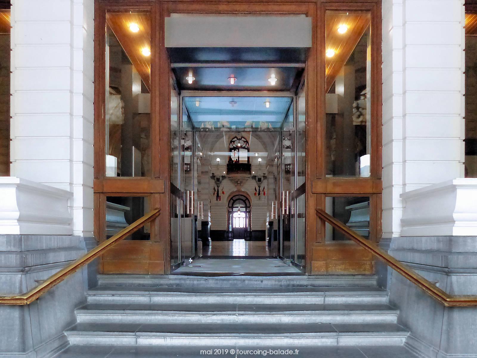 Escaliers de l'entrée principale de la Mairie de Tourcoing, 2019