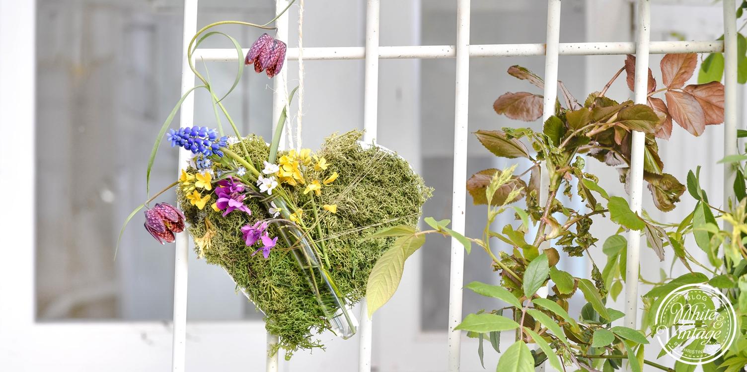 Moosherz mit Blumen als Gartendeko selbermachen.