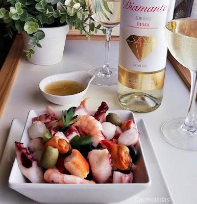 Receta de salpicón de marisco acompañado del vino Diamante Semidulce