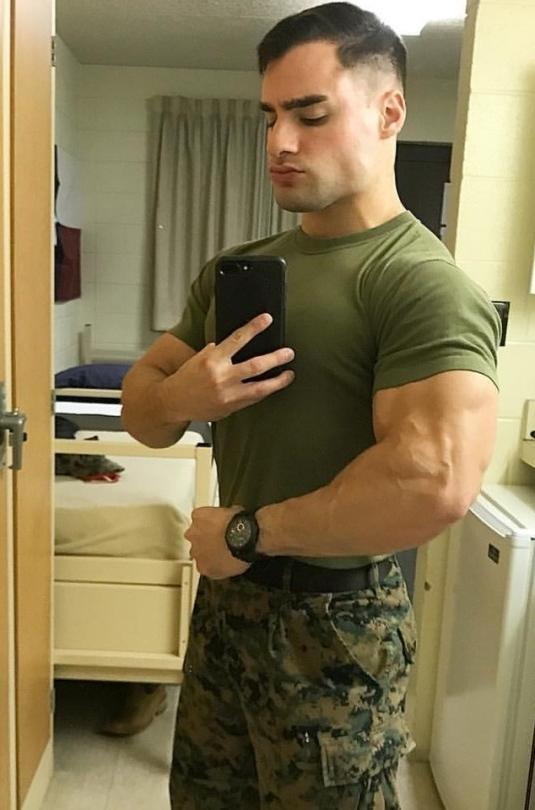masculine-male-uniform-soldiers-selfies