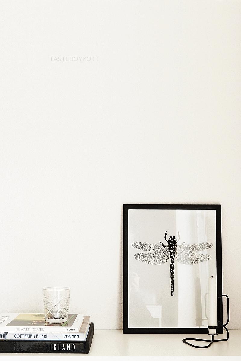 Skandinavisch minimalistisch dekorieren in schwarz-weiß mit Bildbänden, Print und Kerzenständer für den Februar