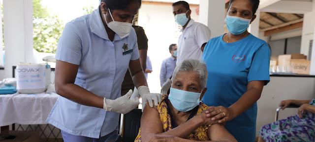Una mujer mayor recibe su vacuna contra el COVID-19 en Sri Lanka.UNICEF