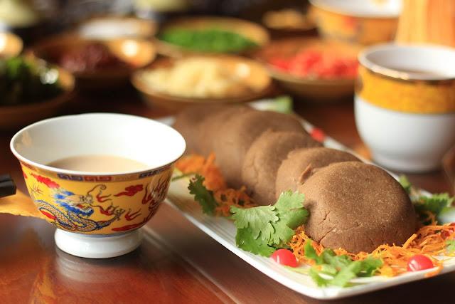 """Cảm nhận cụ thể hơn, thì trà bơ Tây Tạng có những tầng hương, tầng vị khá lạ lùng, cứ đan xen lẫn nhau mà vẫn giữ được độ hài hòa cần thiết để chinh phục những người thưởng trà khó tính. Chẳng hạn như ban đầu, uống một ngụm trà bơ thì vị mặn của muối, vị đậm đà béo ngậy của bơ sẽ chiếm trọn vị giác, lúc này hương thơm của trà vẫn chưa bộc lộ rõ. Sau đó, mùi hương của trà đen Pu-erh (loại trà được chế biến từ lá các cây trà lâu năm, hoang dại hay từ các dãy núi) mới thực sự tấn công khứu giác, đầu lưỡi cũng sẽ có một chút chan chát, thanh thanh. Cuối cùng ngụm trà qua đi, người thưởng trà sẽ cảm giác được một chút ấm áp, ngọt ngọt nơi gốc lưỡi bởi loại sữa bò được vắt từ sáng tinh mơ ở Tây Tạng. Ngoài ra, để tận dụng dư vị ngọt ấm của sữa đó, người Tây Tạng khi uống trà bơ còn ăn kèm với """"tsampa"""" – một thức ăn từ bột mạch nha."""