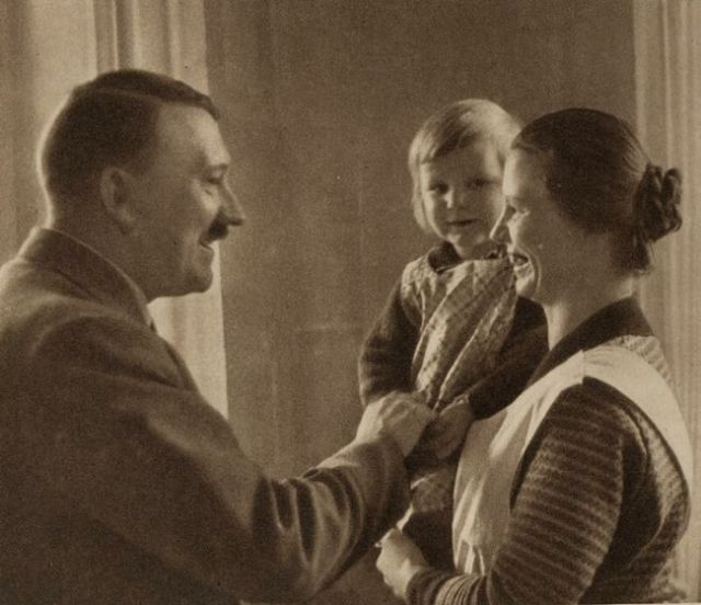 http://1.bp.blogspot.com/-LBYB1cphzy8/UQeI77Wax3I/AAAAAAABaNA/BTO1EbHmhAI/s1600/Adolf-Hitler-gives-his-blessing-to-a-baby-and-the-mother-expresses-her-endless-joy.jpg