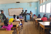 TNI Bagikan Tas dan Perlengkapan Sekolah Di Lany Jaya