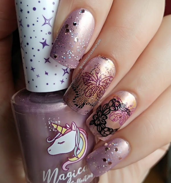 Manicura mariposa en lila claro