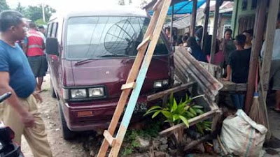 Sopir Minibus Tabrak Bengkel di Pasaman, Tiga Orang Terluka