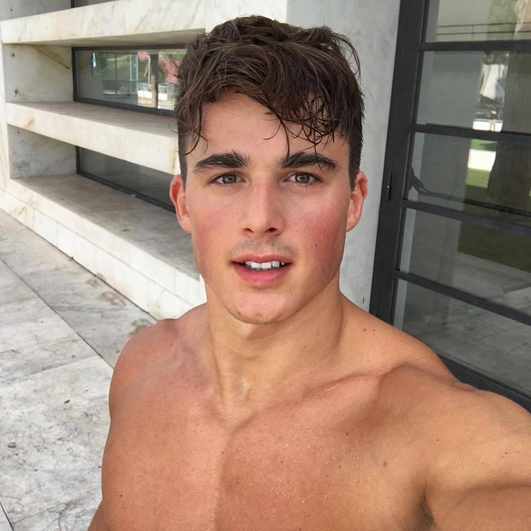 hot-guys-rosy-cheeks-blushy-hunks-pietro-boselli-selfie