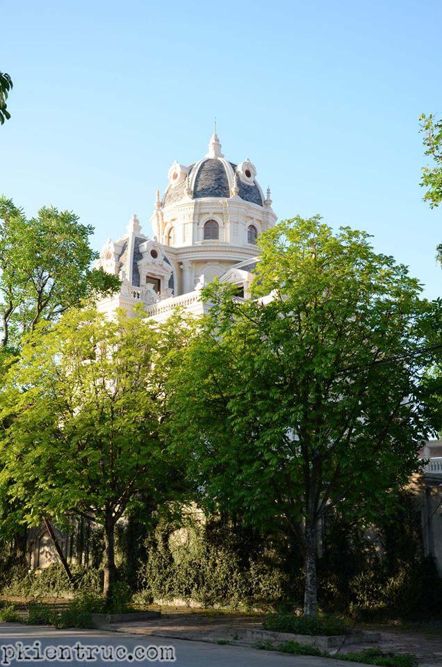 Lâu đài khuất sau rặng cây