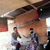 Bhabinkamtibmas Polsek Polsel, Aipda Sulaiman, Memnerikan Sembako Pada Warga Kurang Mampu di Wilayahnya