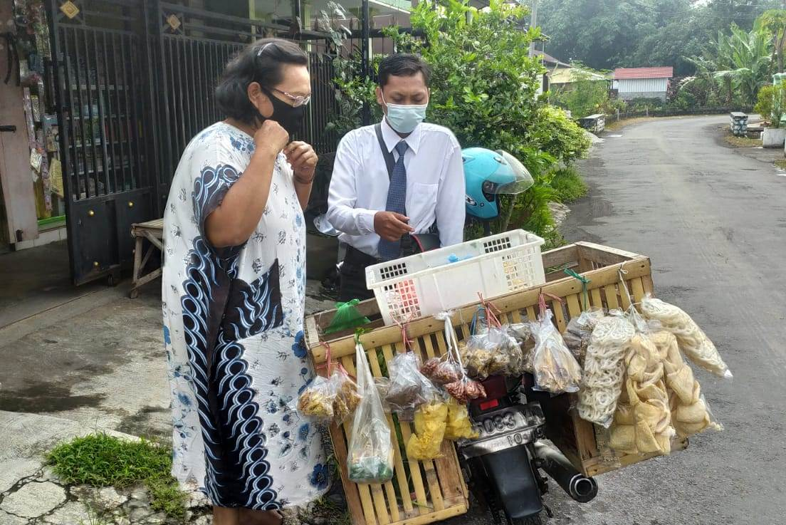 Viral! Gaya Pedagang Sayur Keliling di Lumajang Mirip Orang Kantoran