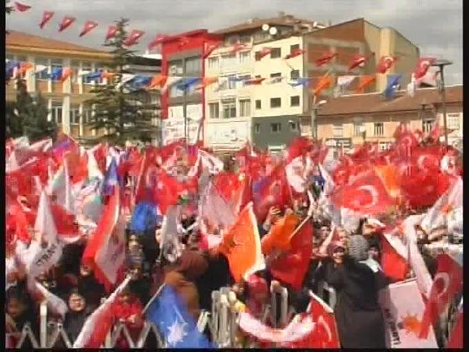 AK Parti Turhal Belediye Başkan Adayı İlker Bekler Cumhuriyet Meydanı'nda düzenlenen mitingde halka seslendi