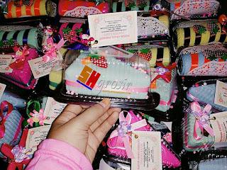 Contoh souvenir pernikahan towel cake segitiga