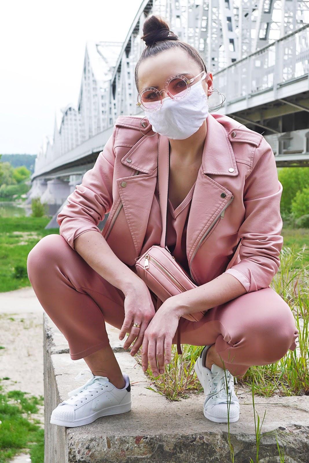 blog modowy blogerka modowa karyn puławy różowy dres femme luxe białe sneakersy kappa okulary aliexpress nerka renee kolczyki serca koła pandemiczny look na luzie stylizacja inspiracja