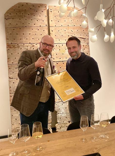 Harald Scholl, stellvertretender VINUM Chefredakteur, überreicht die Siegersekt-Auszeichnung an Karten Peter.