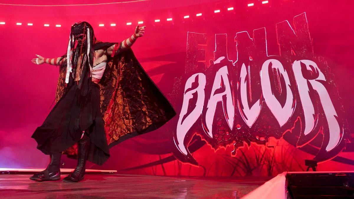 """""""Demon"""" Finn Bálor aparece no SmackDown e confronta Roman Reigns"""