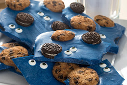 MAKE COOKIE MONSTER CANDY BARK
