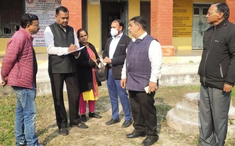 सितारगंज में राजकीय महिला अस्पताल का निरीक्षण करते ईएसआईसी बोर्ड के सदस्य रामप्रकाश गुप्ता