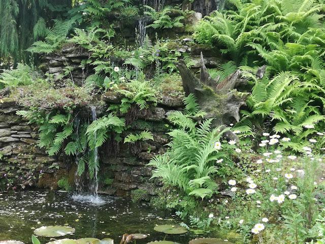 naturalny wodospad w ogrodzie