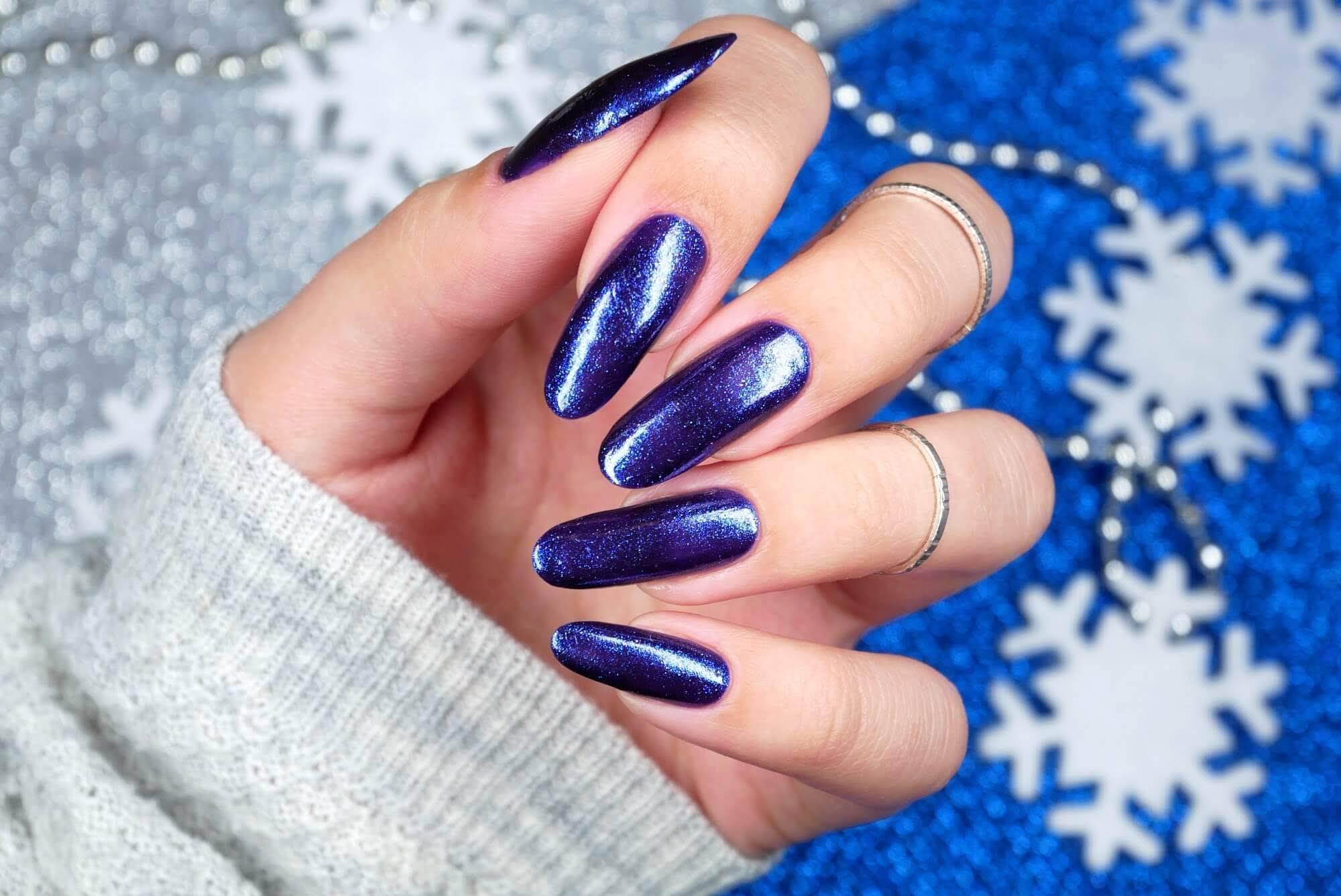 niebieskie zimowe paznokcie