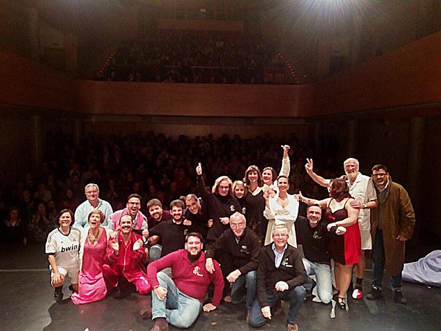 Componentes Grupo de Teatro La Cepa con público detrás