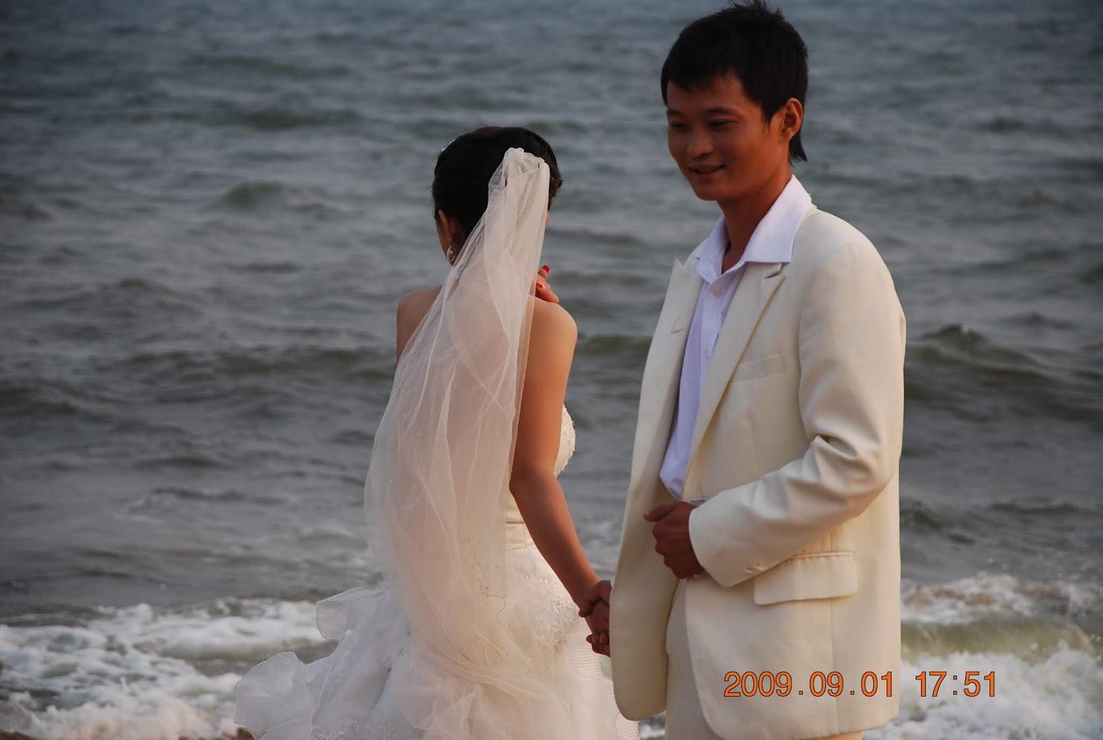 zwei Menschen in weißer Kleidung vor Wasser