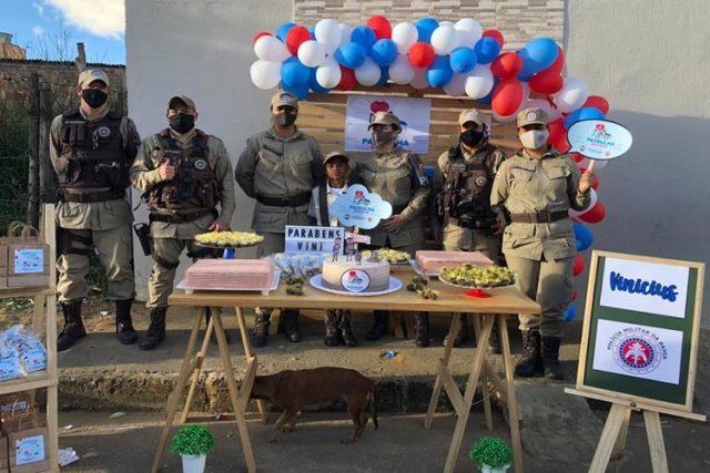 Criança que buscava alimento para família ganha festa de aniversário da PM, em Conquista