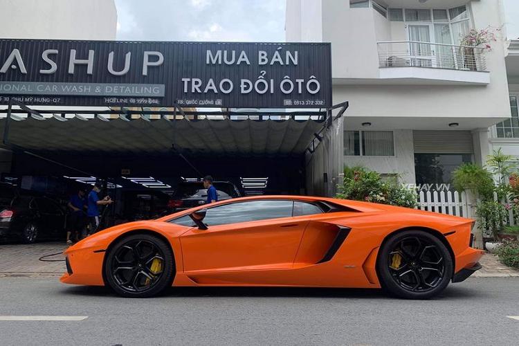 Siêu xe Lamborghini Aventador màu cam nổi bật tại Sài Gòn