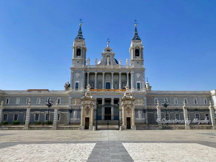 Catedral de N.S. de la Almudena アルムデナ大聖堂をマドリードの宮殿から見た風景