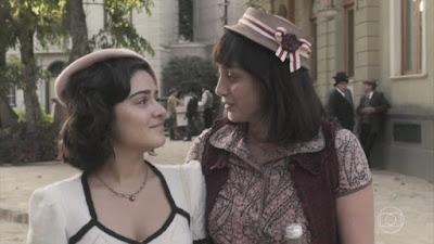 Isabel (Giullia Buscacio) e Clotilde (Simone Spoladore) em Éramos Seis (Reprodução)