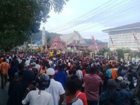 Ribuan Warga Turun Ke Jalan, Jayapura Lumpuh