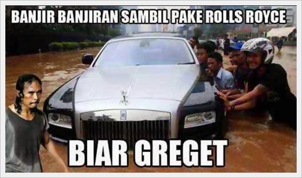 gambar meme banjir banjiran sambil dorong rolls royce