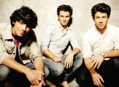 Foto de los Jonas Brothers posando para fans