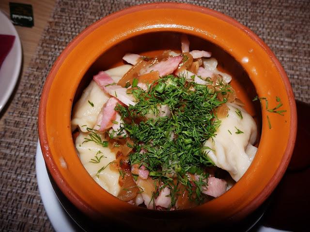 Wareniki - pierogi z ziemniakami i posypane cebulą+mięsem