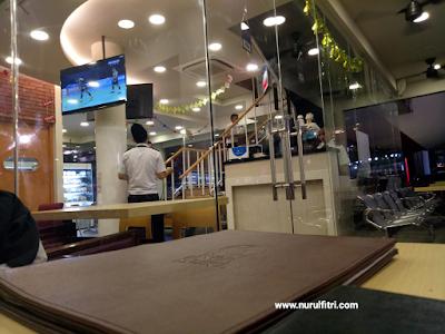 Pelayan dengan Kostum Awak Pesawat di Steak 21 Karawang