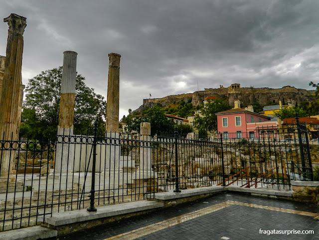 A Biblioteca de Adriano, na Agora Romana de Atenas, e a Acrópole ao fundo