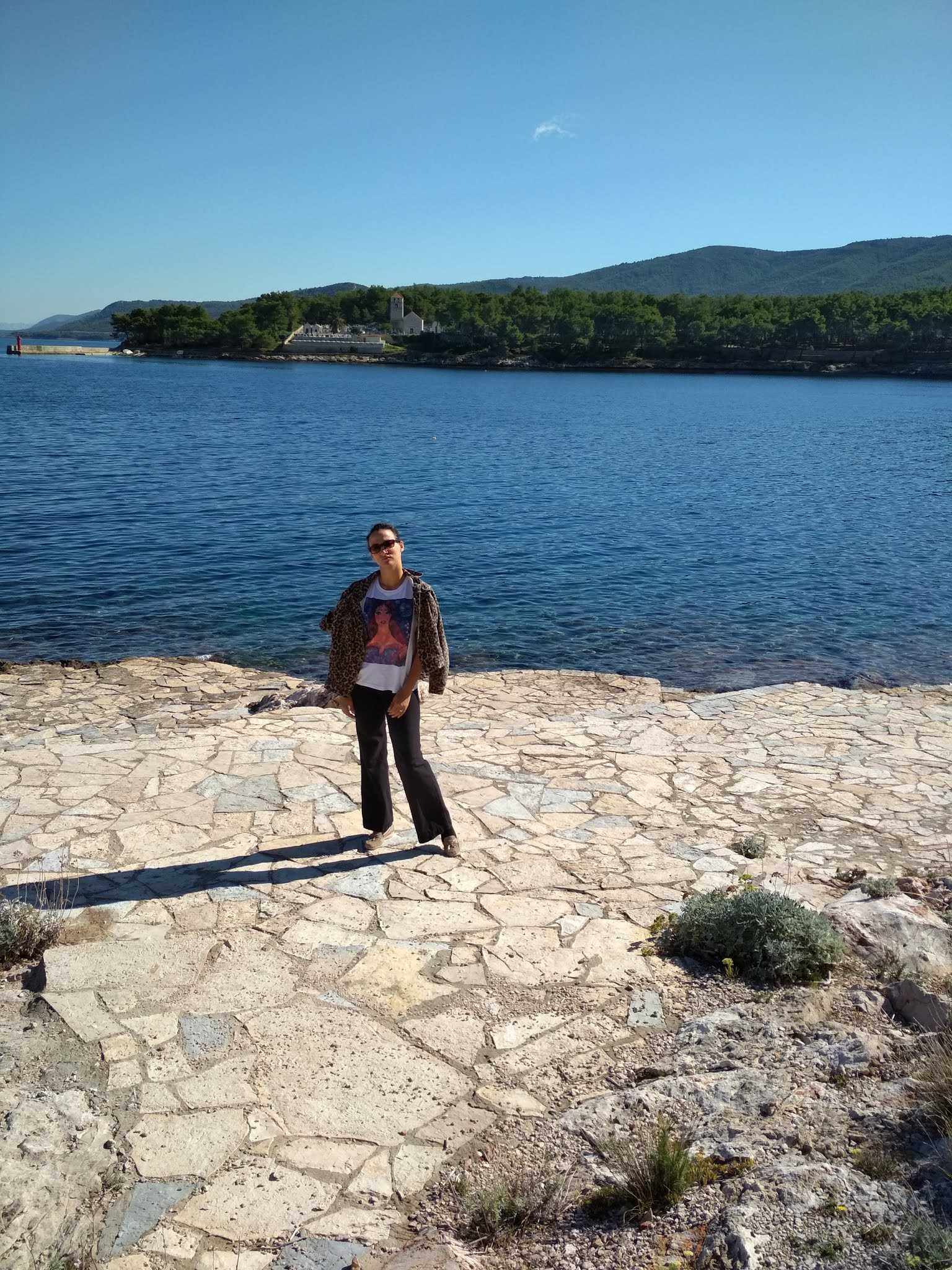 jelsa croatia TWO AUTUMN OUTFIT IDEAS WITH  GRAPHIC T-SHIRTS