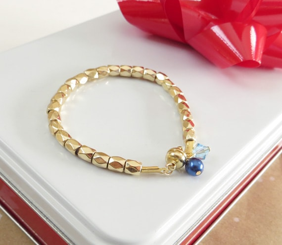 How to make a DIY birthstone bracelet. An easy DIY gift tutorial - perfect for your mom, sister, aunt, bridesmaids or grandmother.