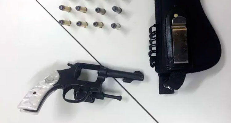 O indivíduo foi encontrado com um simulacro de um revólver